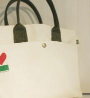 トートバッグ(小・みどり) 3,500円A4がすっぽり入ってお買い物にも丁度良いサイズです。厚手の帆布製なので丈夫です。手洗いOK。 サイズ:370×230×130mm